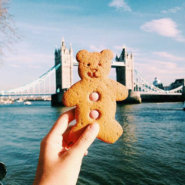 girl-eat-world-teddy-bear-cookie-londra