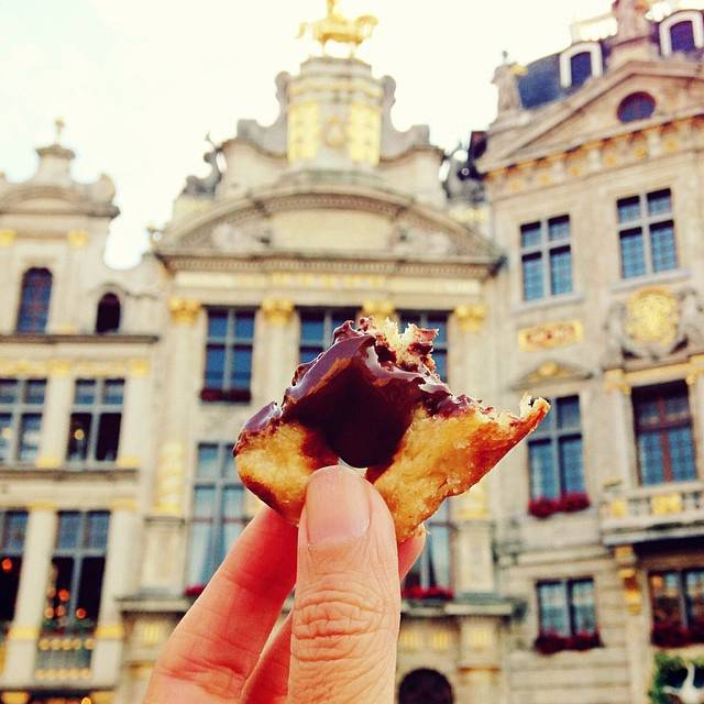 girl-eat-world-waffles-bruxelles