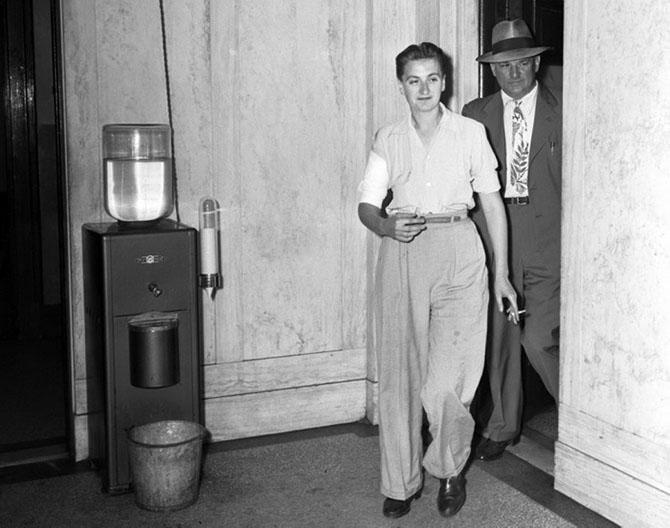 Мери Дьюк в полицейском участке с перебинтованной рукой. Она была ранена на гангстерской дуэли, 1943 год.