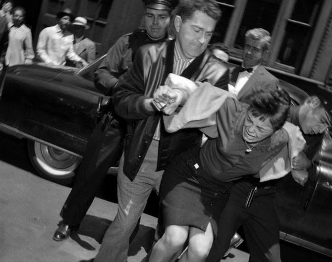 15-летнюю Кармен Мартинез ведут в зал суда. Она обвиняется в убийстве своего 17-летнего бойфренда Рауля Банучи, 1959 год.