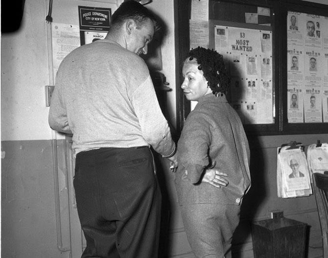 Марго Донохью была задержана при попытке передать пистолет своему сообщнику Вильяму Матеа, 1961 год.