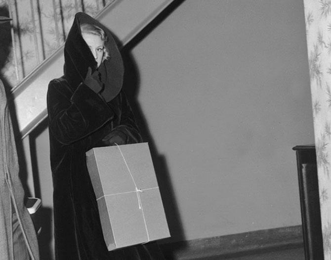 Полиция забирает Дрейк на допрос сразу после того, как ее бойфренд Нат Нельсон был убит. Девушку видели с ним за пару часов до смерти, 1952 год.