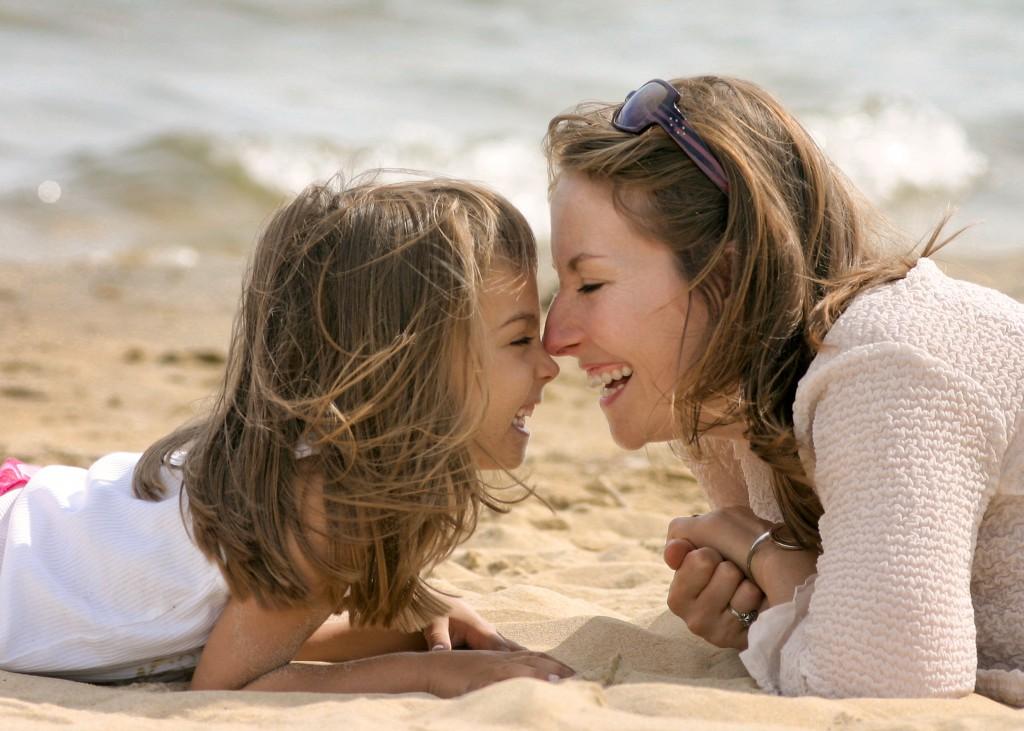 c?lin entre m?re et fille sur la plage