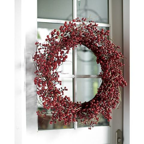 gallery-1448482943-red-berry-wreath