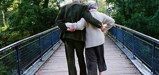 old_couple_holding_hands_32994000