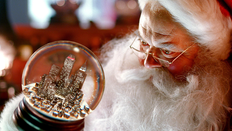 Inspiriert durch Coca-Cola, sch?ttelt Santa Claus vorsichtig die Schneekugeln