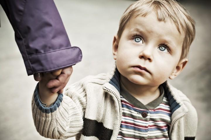 ребенок уходит с незнакомцем