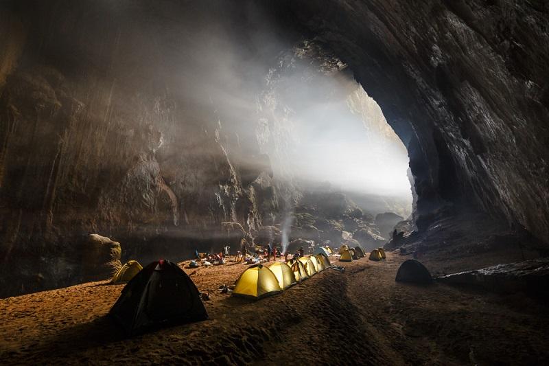 11-Туристы внутри пещеры Шондонг