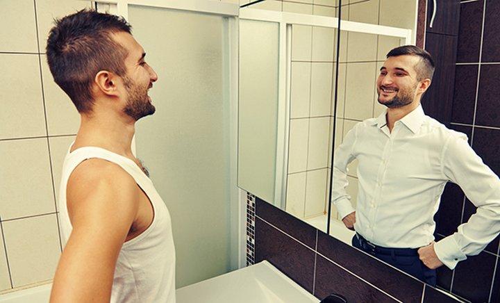 перед зеркалом мужчина фото